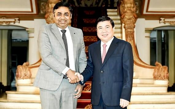 市人委會主席阮成鋒(右)接見印度駐本市總領事馬丹‧莫漢‧斯蒂。(圖源:越勇)