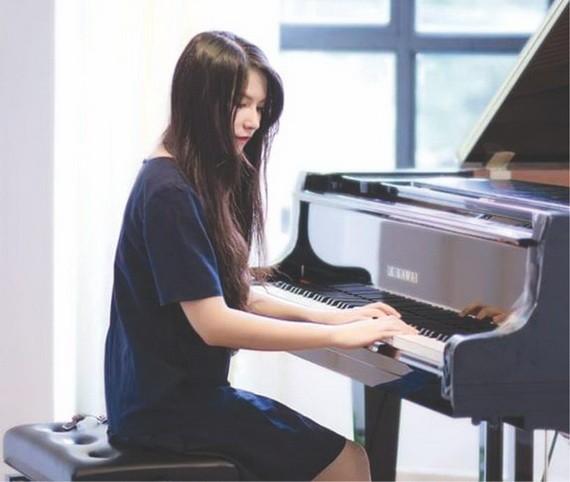 雅恩在表演鋼琴。