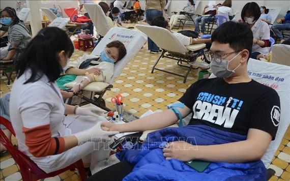 峴港年輕熱心市民踴躍前來捐血救人奉獻愛心。(越通社)