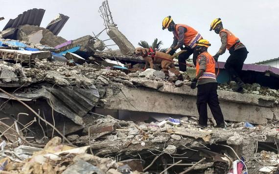 當地時間15日凌晨,印尼西蘇拉威西省發生6.2級地震,目前死亡人數已增至73人、820多人受傷。(圖源:AP)