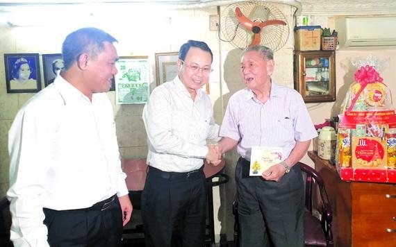 第五郡郡委書記阮文孝(中)親切問候華人退休幹部劉天雲。