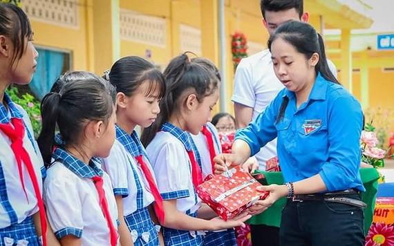 杜氏紅碧給貧窮小朋友送禮物。
