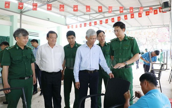 市人委會副主席武文歡(中)向平陽省的本市戒毒中心拜年。(圖源:市黨部新聞網)