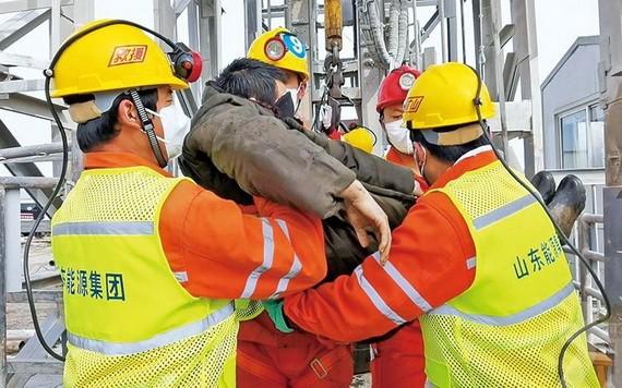 一名礦工成功升井。(圖源:新華社)