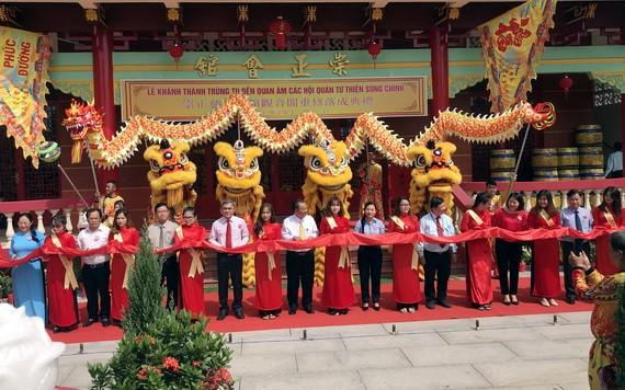 市、郡領導和會館代表剪綵儀式。