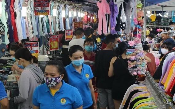 眾多年輕工人在集市上參觀選購物品。(圖源:玄珍)
