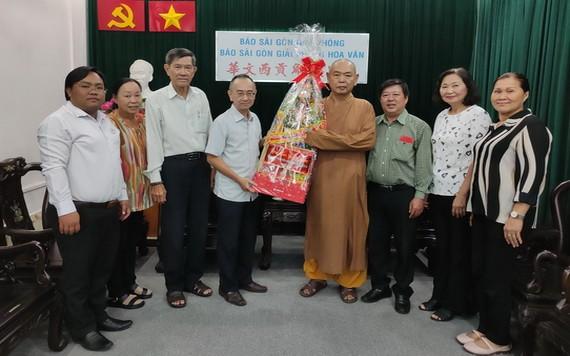 范興主任(左四)接受代表團的賀禮。