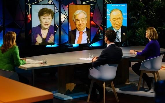 在荷蘭海牙拍攝的聯合國秘書長古特雷斯(中)等通過視頻連線出席首屆氣候適應峰會。(圖源:新華社)