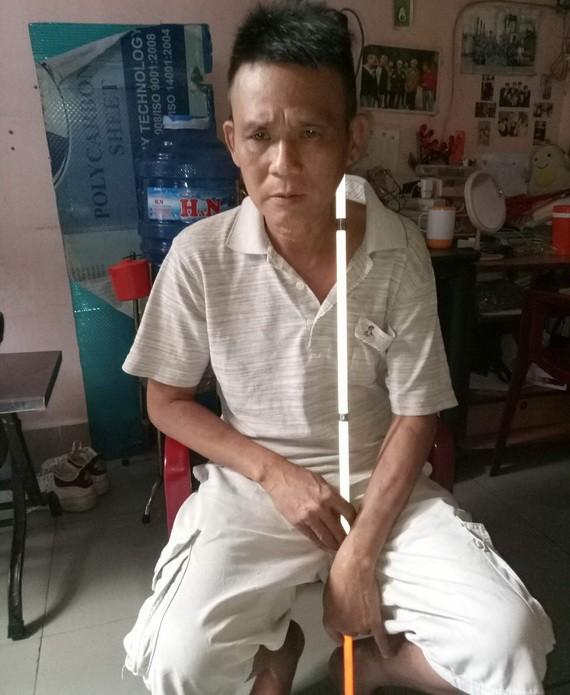陳志民每天靠盲人棍去賣彩票。