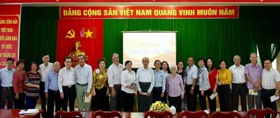 市民族處領導與諸位具威信華人同胞合照留念。
