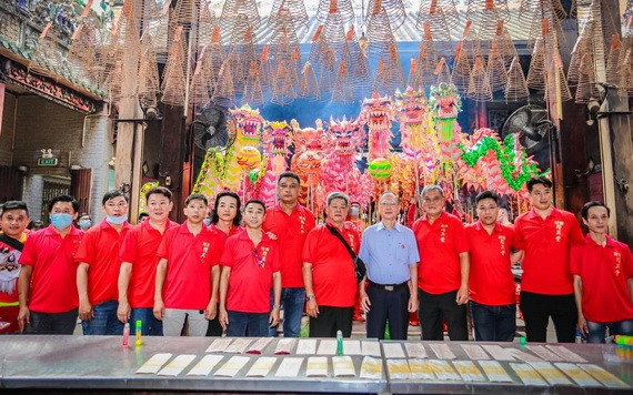市龍獅協會主席、穗城會館理事長盧耀南(右五)接待精英堂龍獅團理事會成員到天后廟參神。