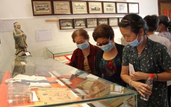 懷舊物品熱心捐贈者參觀展覽空間物品。
