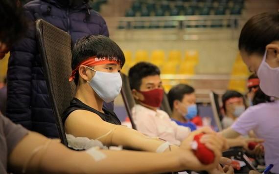 眾多熱心年輕人踴躍前來捐血救人奉獻愛心。(圖源:淮南)