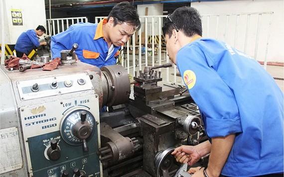 本市遠東高等學校的職技學生在上實習課。