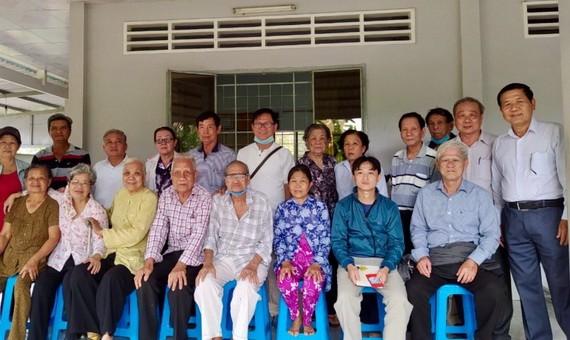 探望團與諸位華運基層家庭合照留念。
