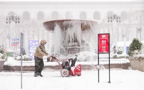 一名工作人員在紐約布萊恩公園內除雪。(圖源:互聯網)