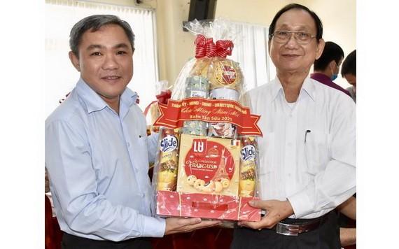 市民族處主任黃文鴻玉向人民藝人、華人著名書畫家張漢明贈送禮物。