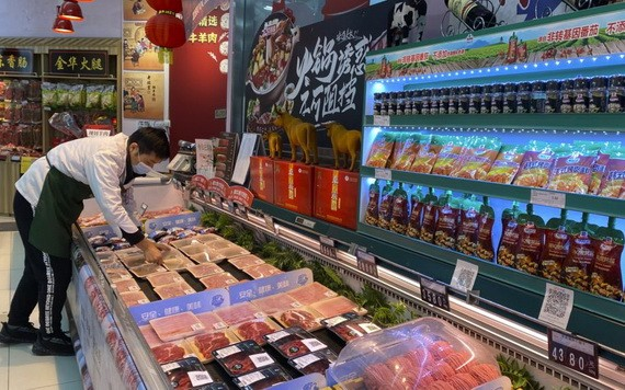 一名工作人员疫情期间在北京一家超市内摆放新西兰进口牛肉。