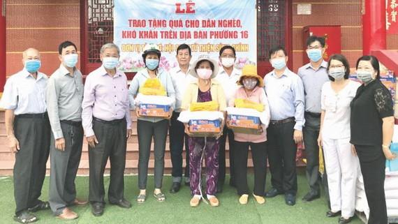 崇正理事們向地方窮人贈送禮物。
