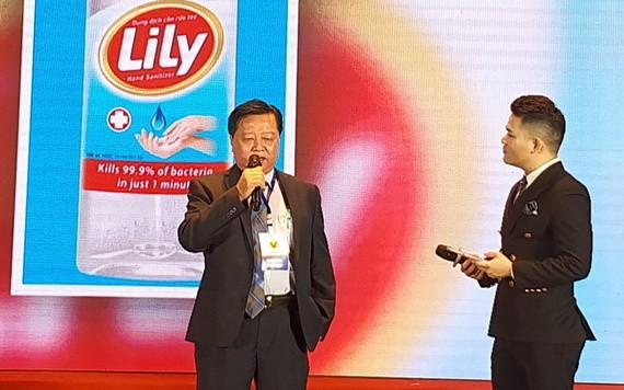 梁萬榮先生(左)在優質國貨企業表彰儀式上接受採訪。