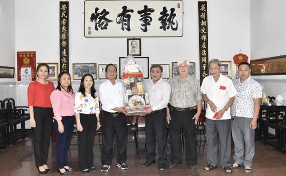市民族處新主任黃文鴻玉(右四)和陪同團與義安會館理事會成員合照留念。