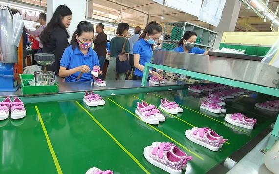 平仙公司生产鞋品供应国内外市场。