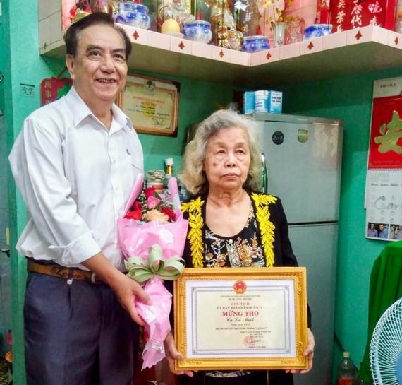 朱杞文向高齡華人贈送賀壽禮物。