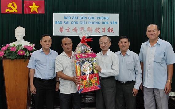 范興主任(右三)接受第八郡代表團的賀禮。