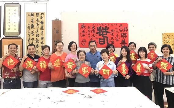林漢城與學生歡聚時留影。