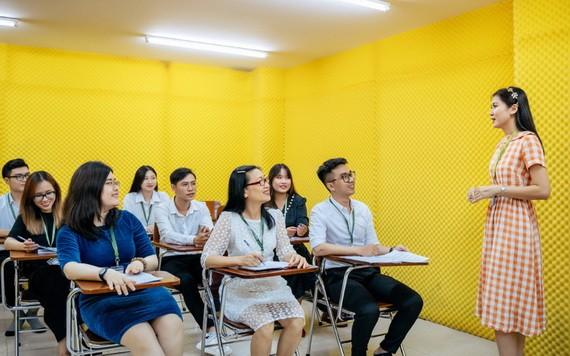 六旬學生陶氏舒(第一排、中間)在文憲大學上課時。