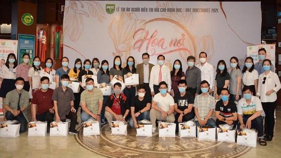 華人子弟黃德俊(前排左一)與赴德國實習的大學生合照。
