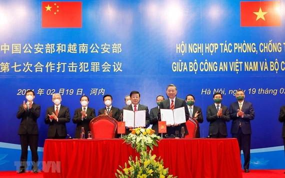 越中兩國公安部長共同簽署第七次防打犯罪合作會議《備忘錄》。(圖源:越通社)
