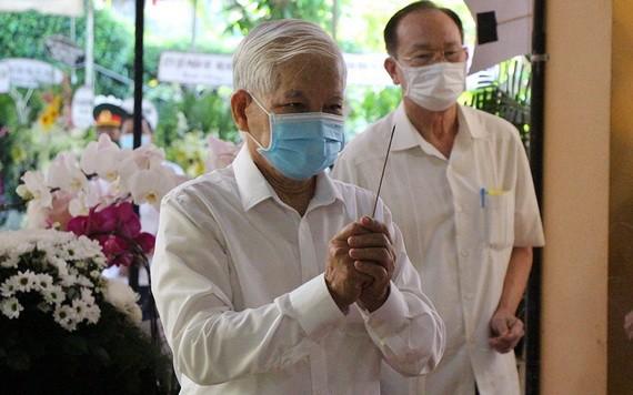 原國家主席阮明哲在政府原副總理張永仲靈柩前上香祭悼。(圖源:懷聲)