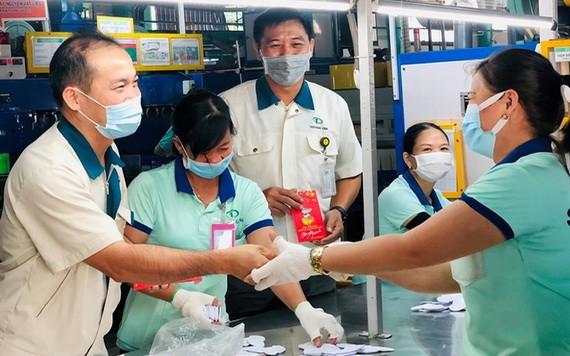 TaeKwang Vina公司工會代表向工人們賀年並派發紅包。(圖源:陶芳)