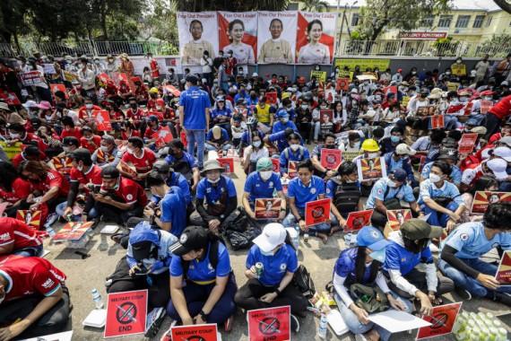 2月21日,仰光市發生了抗議軍事政變的示威遊行。 (圖源:EPA)