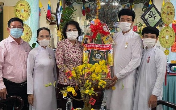 蘇氏碧珠主席(左三)向西寧高台教聖會代表祝賀。