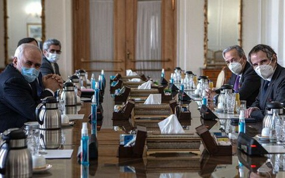 2月21日,在伊朗德黑蘭,伊朗外交部長扎里夫(左一)和國際原子能機構總幹事格羅西(右一)舉行會談。(圖源:新華社)