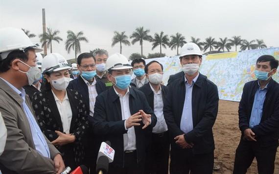 交通運輸部長阮文體(中)實地視察東面北南高速公路項目的施工進度。(圖源:人民報)