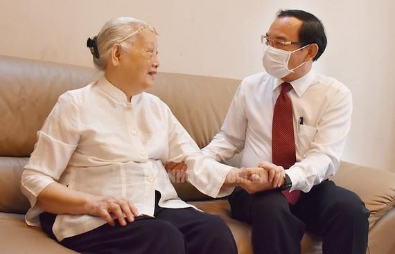 市委書記阮文年看望段翠波醫生。(圖源:市黨部新聞網)