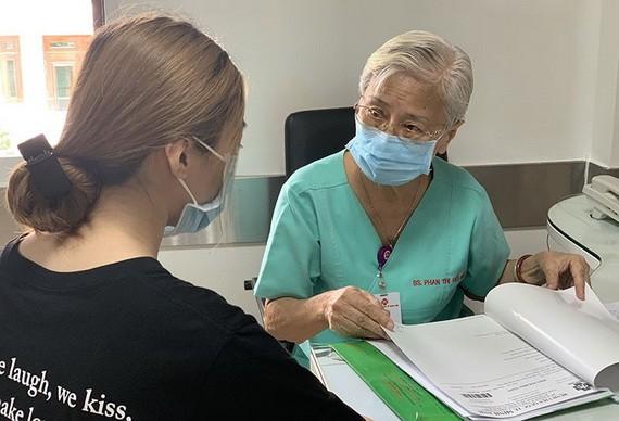 潘氏湖海博士、醫生正在為一名病人做前麻醉診病。
