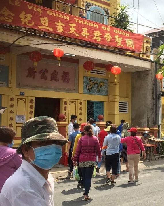 善信到各華人公所關帝廟上香。