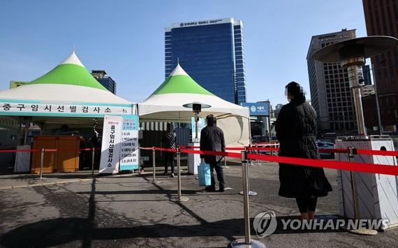 韓國民眾待接受病毒檢測。(圖源:韓聯社)