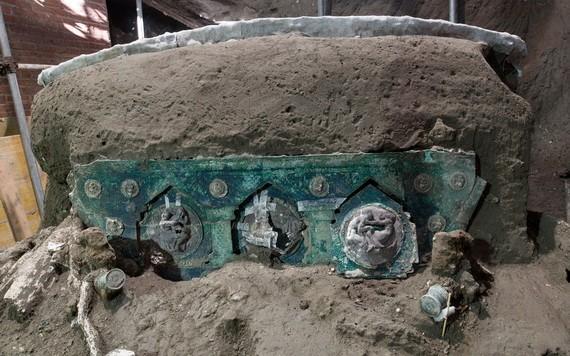 這是1月27日在意大利龐貝古城拍攝的出土的四輪馬車局部裝飾。(圖源:新華社)