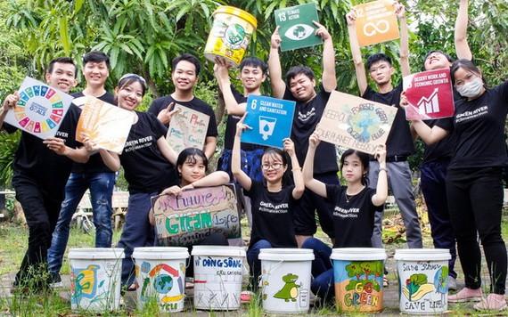 參與Green River計劃的阮黃山(左一)與其他志願者製造手繪垃圾桶。