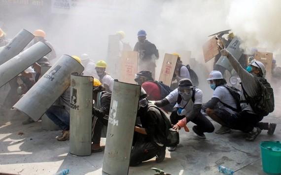 緬甸軍隊和警察對示威人群發射了實彈及橡皮子彈,已造成至少18人死亡、30人受傷。(圖源:Getty Images)