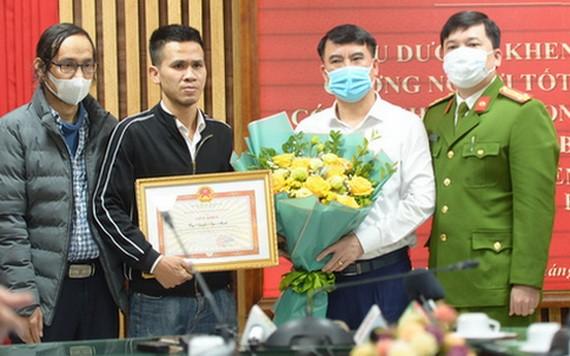 阮玉孟(左二)獲河內頒發獎狀。(圖源:明賢)