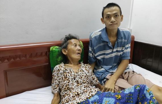 劉金鴻正在照顧癱瘓的母親魏銀女。