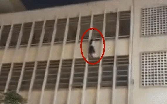 一名女生雙手攀住學校四樓護欄墜樓,懸掛在空中。(圖源:視頻截圖)