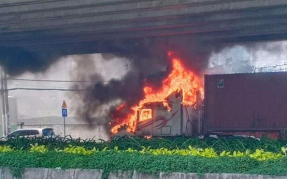 牽引車駕駛室燃燒現場,火勢十分猛烈。(圖源:田升)