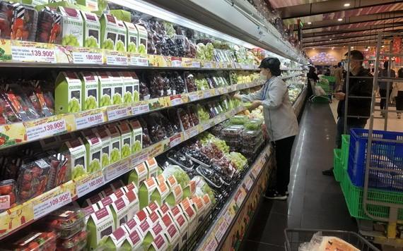 我国在新冠疫情期间各超市保持货源充足。